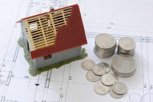 Maison miniature et pièces de monnaie